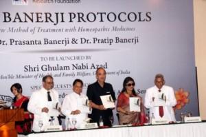 De Indiase minister van Gezondheid presenteert het boek The Banerji Protocols over kanker en andere ernstige chronische aandoeningen